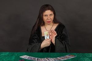Wahrsager legt Tarotkarten